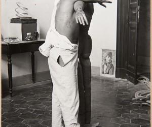 S/T (Hombre abrazado a un maniquí)