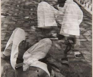 S/T (Dos marineros tumbados en el suelo de una terraza)