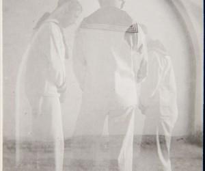 S/T (tres marineros orando)