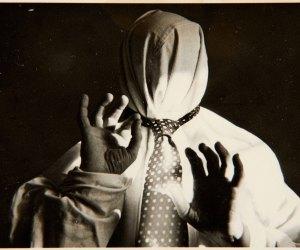 S/T (Encapuchado con corbata) G. Prieto-F. Barraclough