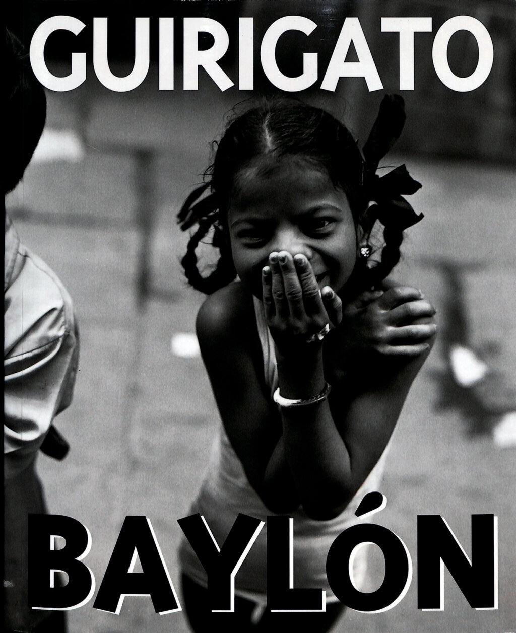 Portada del catalogo Guirigato Baylon en la que aparece una fotografía en blanco y negro de una niña agachada en una calle con tapandose la boca con su mano
